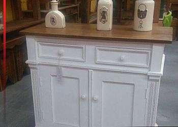 Armário de cozinha feito com madeira de demolição