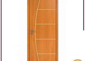 Porta de madeira branca completa